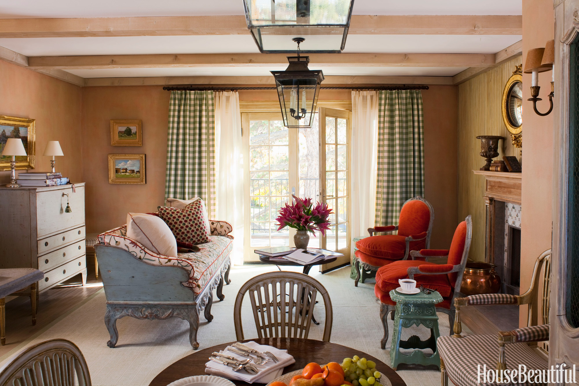 Decorating ideas for small spaces how to organize a - Design small living room space ...