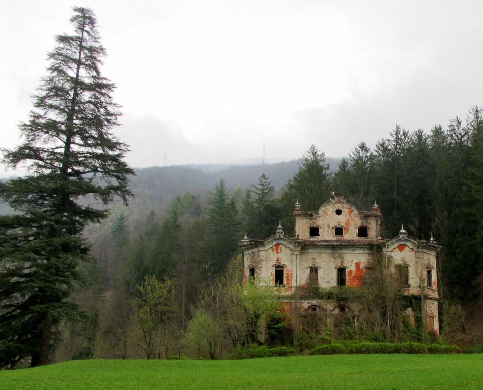 While the history of this decrepit mansion nestled in the mountains of Lake Como is not certain, locals believe it was built in the 1800s and according to rumors it was abandoned due to a murder or suicide.