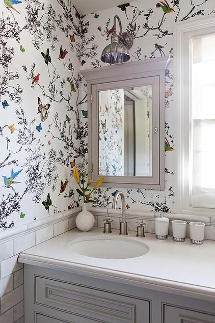 Muitos automaticamente demitir papel de parede modelado por medo de oprimir um quarto. No entanto, o padrão allover chama o olho para cima e ao redor de uma sala, acrescentando interesse que pode distrair do pequeno espaço.