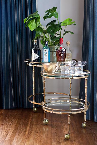 Em vez de pedir a cada item em um espaço para ir de dupla-dever, Taylor escolheu algumas peças distintivas que se adequam ao estilo de vida deste proprietário - como a mesa de bar. Tal como acontece com os acessórios, mobiliário sotaque deve ser bem editado.
