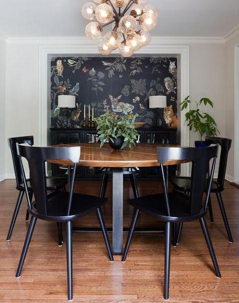 Não temos certeza como salas de jantar fell out de favor - proporcionam um lugar para conversas e entretenimento, e também pode funcionar como um espaço de trabalho. Enquanto você pode não ser capaz de caber em uma tabela para 10, você pode obter um monte de uma tabela de menor tamanho. Basta manter as linhas simples, adaptadas e simplificadas.