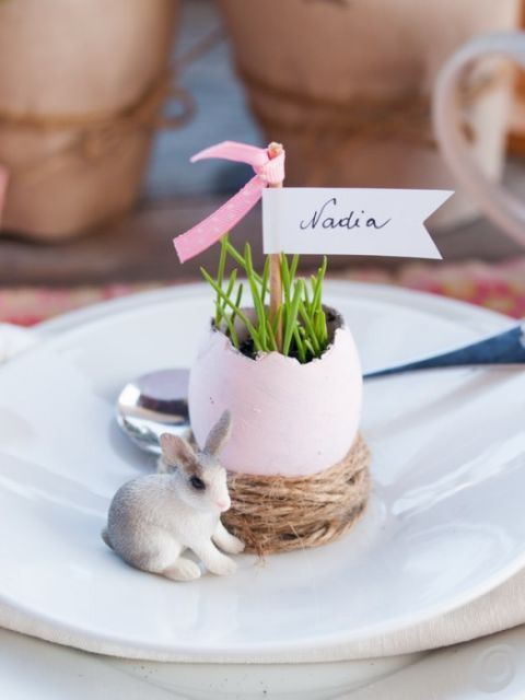Grass seedlings add the finishing touch to the complete Easter motif: bunnies, eggs, and nests. Get the tutorial from Casa Trend »