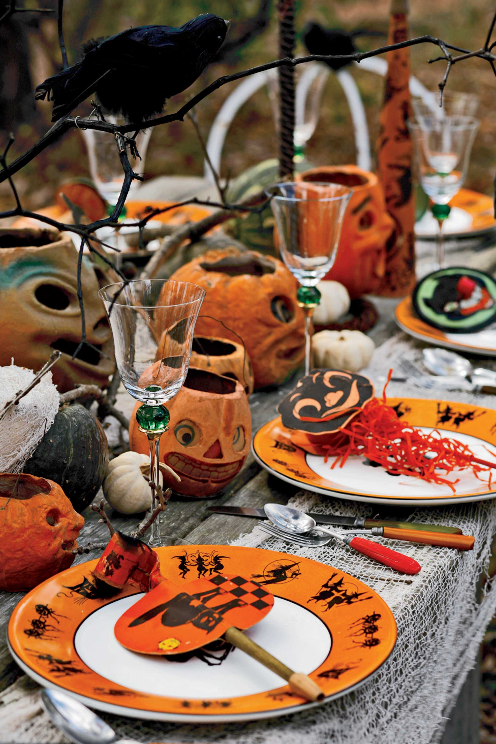 5 hauntingly beautiful halloween tablescapes. Black Bedroom Furniture Sets. Home Design Ideas