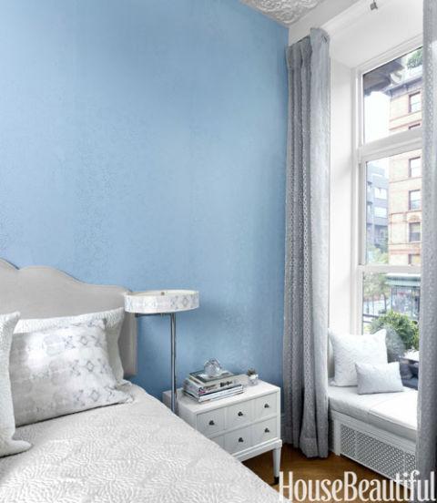 Small elegant apartment chic small spaces for Interior design 75063