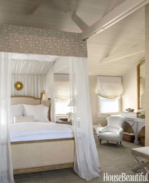 Designer Benjamin & nbsp; Dhong queria o quarto principal de Woodside, Califórnia, uma casa de & nbsp; para se sentir como uma casa na árvore elegante.  Josephine cama restauração de Hardware é uma cortina de linho Lara de Sahco.  Valance, Nottingham II corte de veludo do clássico pano.
