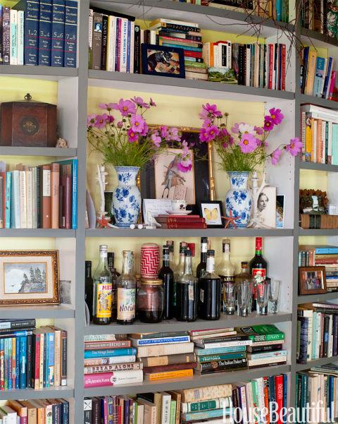 """Em Deirdre Heekin e Vermont cabana de Caleb Barber, uma estante de livros é projetado com uma prateleira da cornija-like """"para torná-lo hearth como, uma vez que não temos uma lareira adequada"""", diz Heekin."""