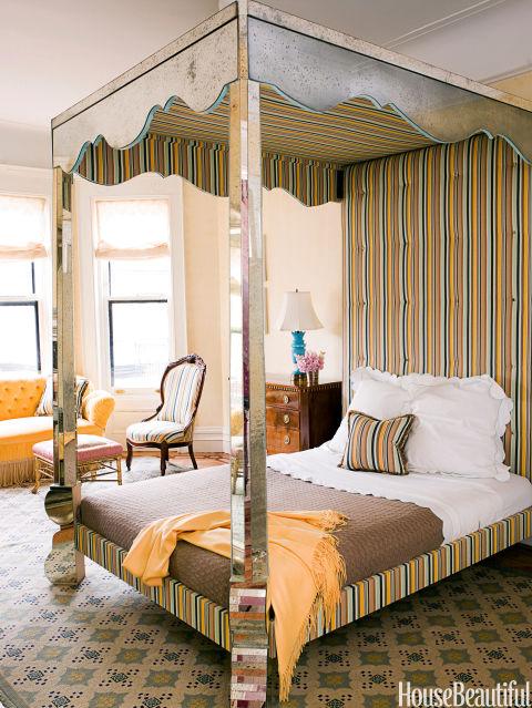 Espelhos e listras?  É realmente possível ter tudo.  Em uma casa de Brooklyn, Jonathan Berger projetou a cama de dossel espelhado, com base em uma década de 1940. Serge Roche cama.  A armação é revestida com Agnes em Salt Air de Silk Trading Company