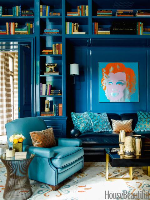 Um costume laca azul-pavão por Fine Paints da Europa dão profundidade e riqueza para a biblioteca de uma casa de Chicago.  Steven Gambrel Designer discado up de cor aqui e em toda a casa para compensar longos invernos de Chicago.