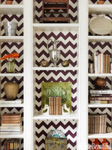 """Um padrão em ziguezague por Christopher Rollinson pintados à mão dá a sala de estar de Park Avenue apartamento seu fator """"wow"""".  """"Em uma sala importante como a sua sala de estar, as prateleiras devem ser um pouco mais estilo"""", diz o designer Christina Murphy."""