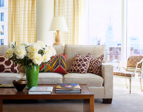 Modern style designer tips new york city apartment for New york style living room ideas