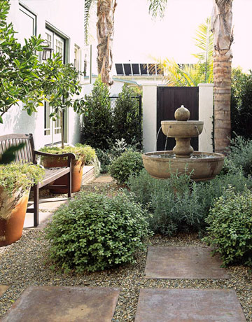 How to decorate a bungalow decorating small spaces for Small garden courtyard designs