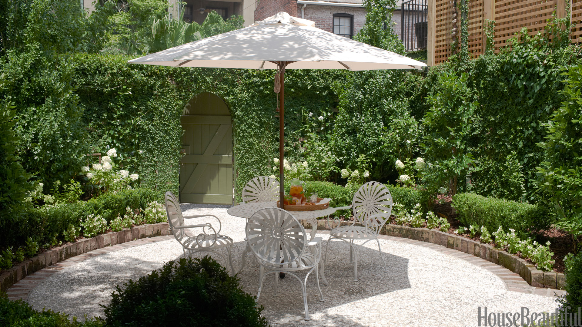 10 outdoor decorating ideas outdoor home decor for Courtyard landscaping ideas