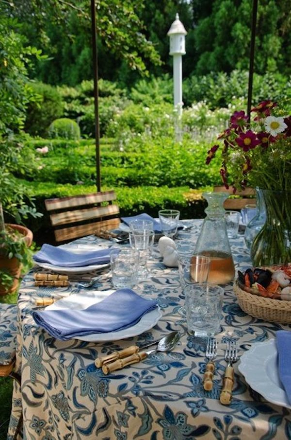 Blue and white dishes and table settings tablescapes and for White outdoor setting