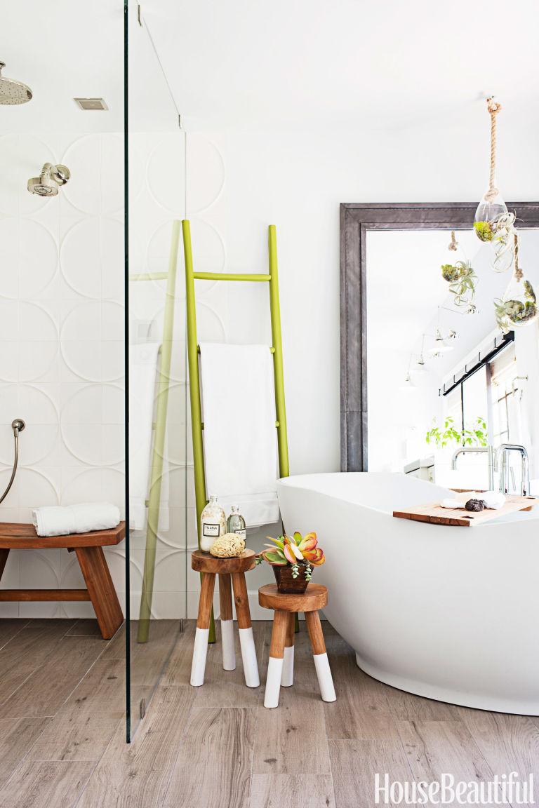 http://hbu.h-cdn.co/assets/cm/15/11/768x1152/gallery-54c4a6d561920-03-hbx-tiffani-thiessen-bathroom-2-1014-de.jpg